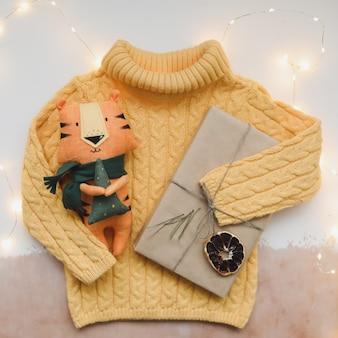 Świąteczna kompozycja z tygrysią zabawką symbolem nowego prezentu gałęzie jodły i ozdoby chris...