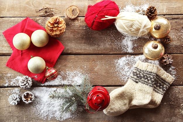 Świąteczna kompozycja ze skarpetkami i dekoracjami na drewnianym stole