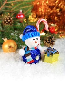 Świąteczna kompozycja ze śniegiem i bałwankiem na tekst