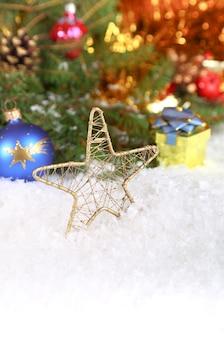 Świąteczna kompozycja ze śniegiem i dekoracją vintage (miejsce na tekst)