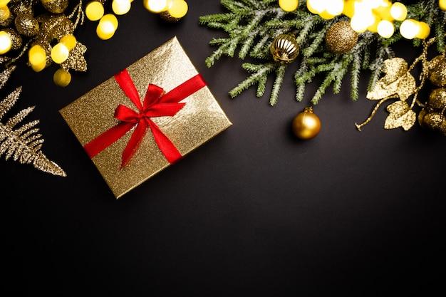 Świąteczna kompozycja ze złotymi dekoracjami na czarnym tle