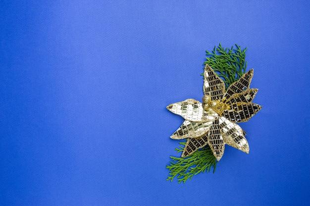 Świąteczna kompozycja ze złotymi dekoracjami na niebieskim tle z miejscem na kopię