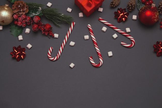 Świąteczna kompozycja zimowa z gałęzi jodłowych czerwonych kulek na szarym tle szczęśliwego nowego roku