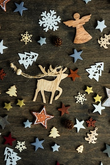 Świąteczna koncepcja cad z wakacyjną drewnianą dekoracją na ciemnej nastrojowej powierzchni z miejscem na kopię