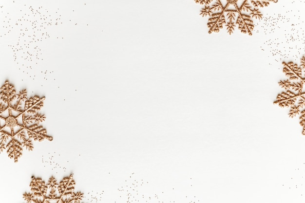 Świąteczna konstrukcja ramy ze złotymi płatkami śniegu