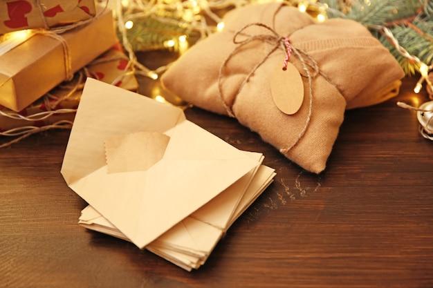 Świąteczna koperta z prezentem pulower na stole