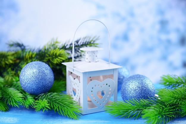 Świąteczna latarnia, jodła i ozdoby na jasnym tle