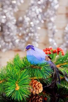 Świąteczna lub noworoczna ciemna kompozycja z płonącymi czerwonymi świecami gałęzie jodły szyszki płatki śniegu ...