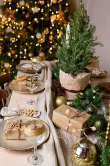 Świąteczna lub noworoczna dekoracja świątecznego stołu