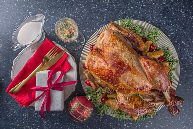 Świąteczna lub noworoczna kolacja z indyka z różnymi składnikami