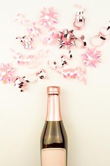 Świąteczna lub noworoczna kompozycja z różowymi musującymi wstążkami