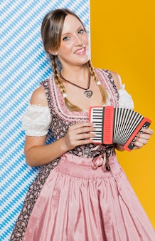 Świąteczna młoda dziewczyna z akordeonem