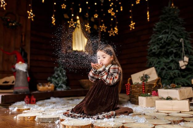 Świąteczna opowieść dla małej dziewczynki. niezapomniane wspomnienia z dzieciństwa. dziewczyna składa życzenie w noc bożego narodzenia