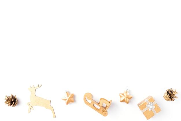 Świąteczna ozdoba. boże narodzenie złote ozdoby na białym tle. płaski świeckich, widok z góry. skopiuj miejsce. tło wakacje