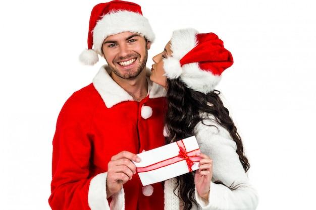 Świąteczna para wymienia prezent