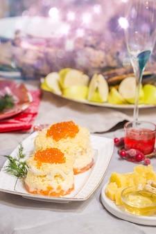 Świąteczna pieczona kaczka z jabłkami podana na świątecznym stole