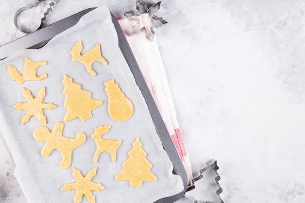 Świąteczna piekarnia. pieczenie pierników, krojenie ciasteczek z ciasta piernikowego