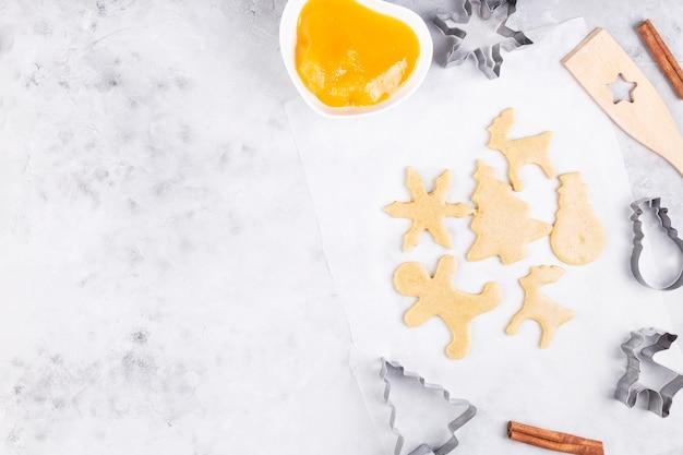 Świąteczna piekarnia. pieczenie pierników, krojenie ciasteczek z ciasta piernikowego.