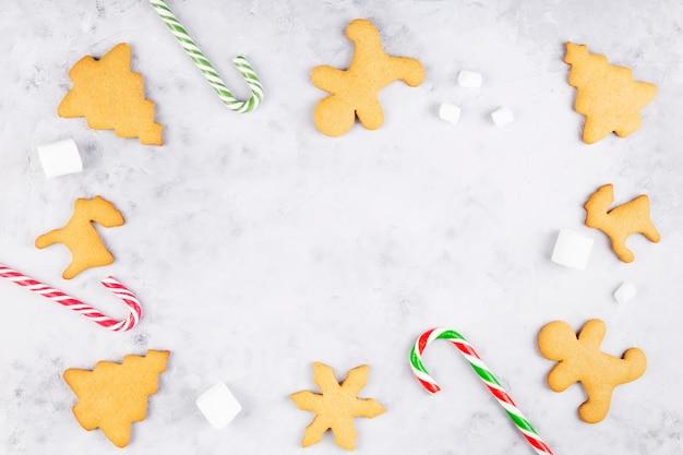 Świąteczna piekarnia. pieczone domowe pierniki i słodycze z atrybutami świątecznymi. widok z góry