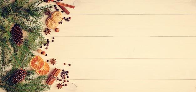 Świąteczna powierzchnia z gałęziami choinek, szyszkami, suszonymi pomarańczami, ziaren kawy i anyżu gwiazdkowatego