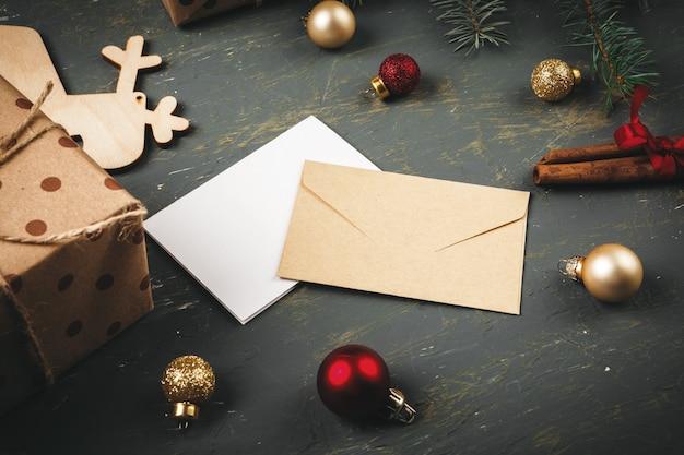 Świąteczna powierzchnia z listem, kopertą i piórkiem
