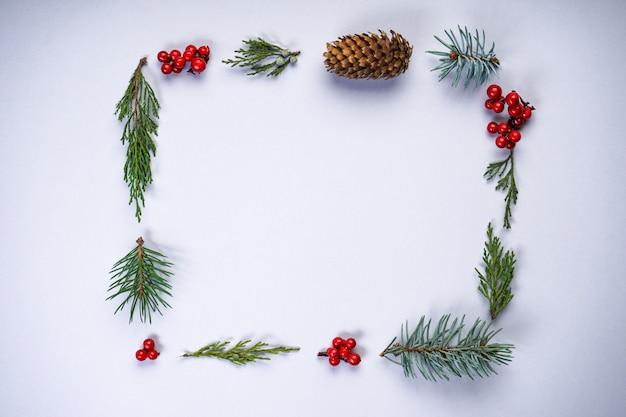 Świąteczna prostokątna ramka wykonana z naturalnych zimowych rzeczy na szaro z copyspace, płaska