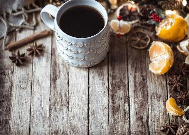 Świąteczna przytulna filiżanka herbaty