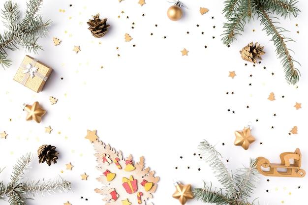 Świąteczna rama wykonana z gałązek jodły, szyszek, złotych gwiazd i ozdób. świąteczna tapeta. 2020 tło na białym tle. płaski układanie, widok z góry, kopia przestrzeń