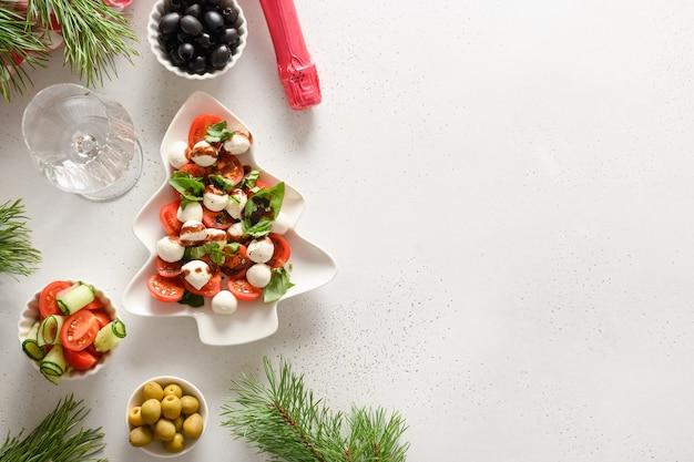 Świąteczna sałatka caprese w kształcie talerza choinki. boże narodzenie.