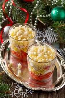 Świąteczna sałatka z pomidorami, kukurydzą i kurczakiem