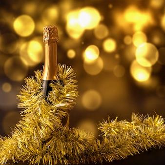Świąteczna scena bożonarodzeniowa z butelką szampana i lśniącymi kofeinami.