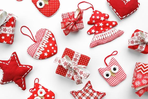 Świąteczna ściana z tkaninowymi zabawkami pudełka na prezenty sowy choinkowe i serca