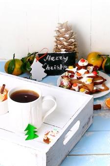 Świąteczna śniadaniowa herbata z piernikowym ciastem do pieczenia deseru cynamonowego
