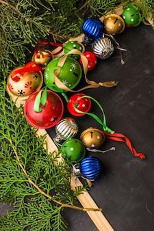 Świąteczna świąteczna rama z jodły i dźwięczących dzwonów