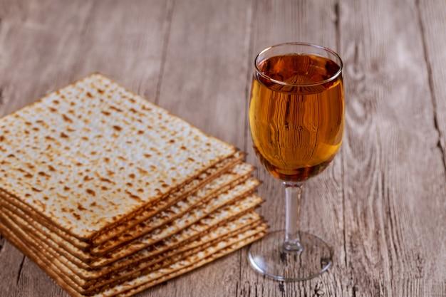 Świąteczna uroczystość na macę matzoh żydowska pascha chleb koszernego wina
