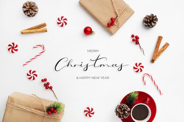 Świąteczna wiadomość z życzeniami z ozdobnymi ozdób choinkowych