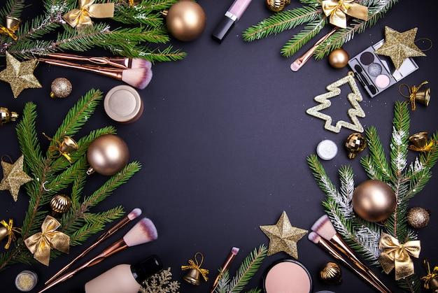 Świąteczna wyprzedaż kosmetyków i pędzli. zestaw kosmetyków z świąteczną dekoracją na czarno.