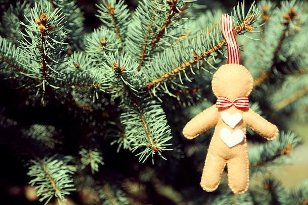 Świąteczna zabawka na gałęzi jodły, na zewnątrz
