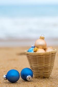Świąteczna zabawka na piaszczystej plaży nad oceanem
