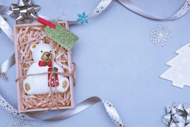 Świąteczna zabawka niedźwiedzia polarnego w drewnianym pudełku z zieloną metką