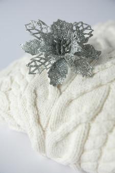 Świąteczna zabawka świąteczna na białym swetrze z dzianiny