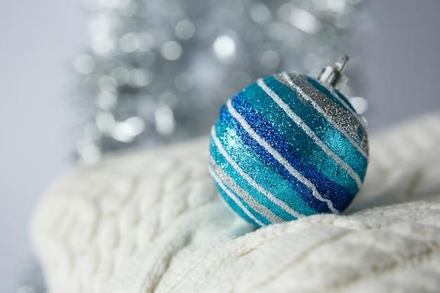 Świąteczna zabawka świąteczna piłka na dzianinowym swetrze