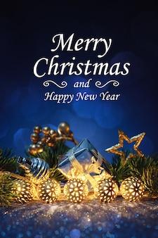 Świąteczna złota girlanda z jodły na niebieskim brokacie.
