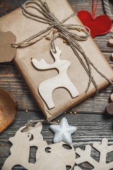 Świąteczne akcesoria i noworoczny prezent na drewnianym