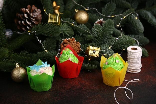 Świąteczne babeczki - torty czekoladowe z kremem i świąteczną dekoracją.