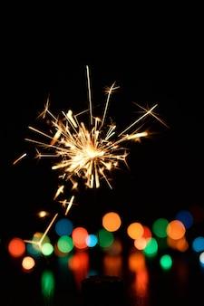 Świąteczne bengalskie światła na ciemnym tle
