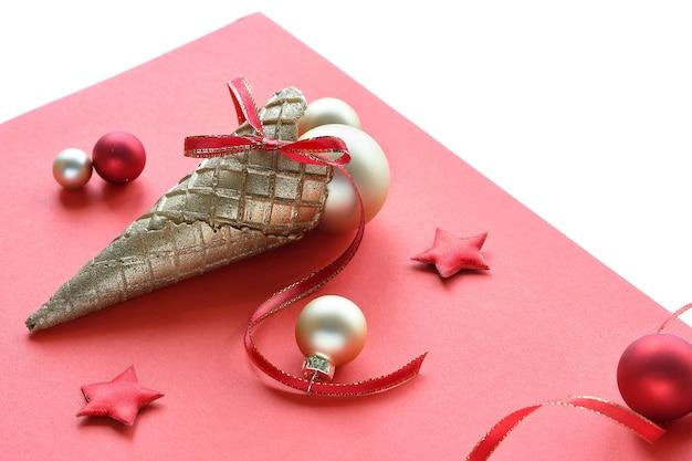 Świąteczne bombki złote i czarne, gałązka z jagodami, gwiazdki i czerwone wstążki