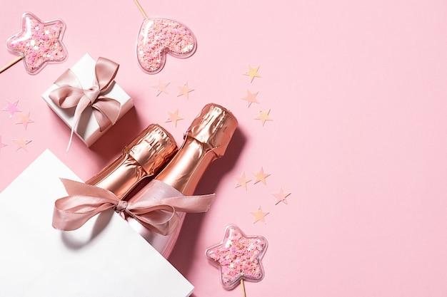 Świąteczne butelki szampana w papierowej torbie z pudełkiem