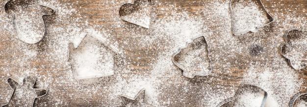 Świąteczne ciasteczka foremki i mąki na podłoże drewniane