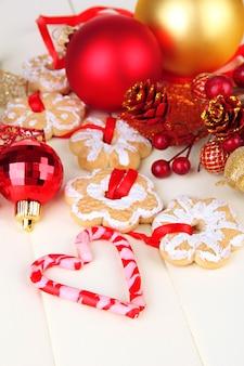 Świąteczne ciasteczka i ozdoby na kolorowym drewnianym tle